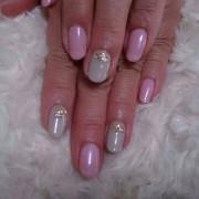 ピンクとグレーに上質な輝き大人のカジュアルスタイル