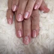 ピンクにストーンとラインで 気品溢れる上質アートネイル