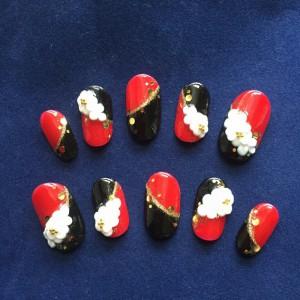 鮮やかな赤と黒のベースに白いお花のしっとりネイル