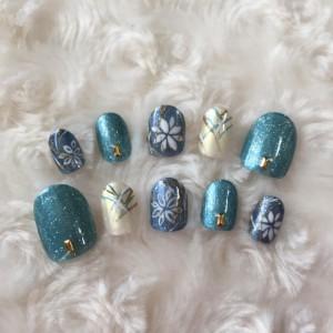 個性的なブルー&グリーンの華やかで優しい和柄ネイル